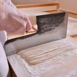 石臼で挽いた蕎麦粉を使用した八割そばはおすすめです。