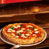 500℃の石窯で焼き上げるナポリピザは絶対に食べてほしい一品