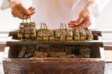 名物の田楽豆腐は炭火で焼き上げます。