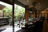 風情あるお庭の景色を眺めながら味わう料理は格別。