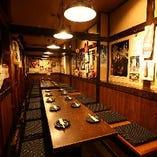 最大26人まで対応可能な宴会向きのお席や、各種お席。総席数65席。