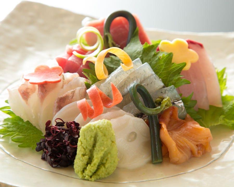 毎日仕入れる鮮魚は鮮度にこだわり直接築地へ足を運び、厳選!
