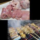 新鮮鶏肉を炭でじっくり焼き上げる美味しい焼鳥の数々
