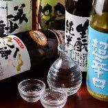 大将が料理やお客様の好みに合わせて日本酒をセレクト