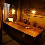 暖色系の明かりが落ち着いた雰囲気の個室席。