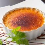 デザートも手作り。絶品のクレームブリュレは人気の逸品。