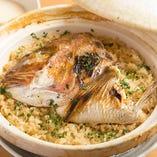 土鍋を使用して炊き込む「鯛ご飯」