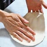 職人が生地から全て手作りすることにより生まれるピッツァ