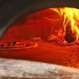 イタリアでトップクラスのステファノ社製薪窯を使用!乾いた炎で焼き上げます