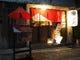 赤い番傘が目印です。京都町屋風の店構えでお待ちしております