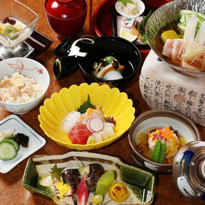 お祝い事や会食には、旬のものを活かした月替わりの会席料理を