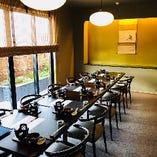 温かみを感じさせる、柔らかな絨毯敷きのテーブル席もございます。