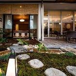 お茶室「千寿庵」から、お庭の様子をご覧いただけます