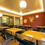 現代風お茶室の横に、お庭が眺められるテーブル席を設けております
