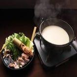鶏の旨さを余すことなく味わう名物水炊きが自慢の一品です。