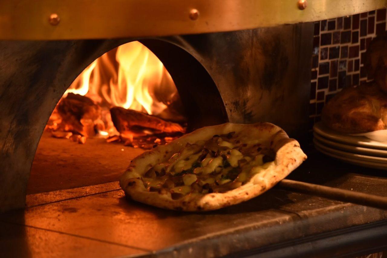 本場ナポリの味自慢の窯焼きピッツァ