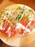 スモークサーモンと彩り野菜(シーザードレッシング)のバゲットサンド