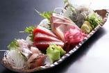 新鮮な旬の魚介を、元気な職人たちが調理します!