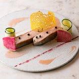 「マンガリッツァ豚のグリエ 〜桜のソース」は牛肉にも似た味わいのマンガリッツァ豚を桜の香りがアクセントのフランボワーズソースと絡めてお召し上がりください