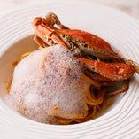 蟹を丸ごと盛り付けた見た目も楽しめる「渡り蟹のトマトソースパスタ」。蟹の泡をイメージしたソースは、バジル風味の味わい
