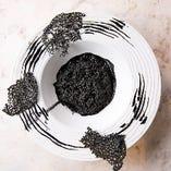 見た目に圧倒される「竹炭リゾット」。実は鮭と出汁で作った馴染みのある味わいなのです