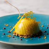 「愛の輪舞 女王蜂が如く黄金」の異名を持つチーズムースのドルチェ。まるで蜂の巣から取ったばかりのような蜂蜜の塊をイメージした飴細工が圧巻です