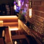 カウンター席はノスタルジックな照明やオブジェでシックな空間を演出