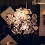 泡をイメージしたアーティスティックな照明が店内を照らします