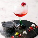 「ローズビターカクテル」は食用のバラをちりばめたどことなく儚さをイメージしたカクテル