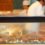 車海老や貝はカウンター前の生簀に活けでご用意。