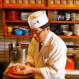 繊細な職人技でお寿司を握ります。