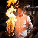 せせりやもも等、部位によっては、経験豊かな料理人が豪快に強い火力で一気に焼き上げます