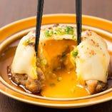 たっぷりとチーズが乗ったジューシーなつくねを割ってみると、なんととろとろの卵が飛び出しますよ♪絡めて食べれば幸せ倍増!特製の「チーズツクネ」もぜひご賞味ください