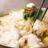 近江牛のもつをたっぷり使うから尚旨い!スープは、近江牛の旨味とコクがたっぷりと出たあっさり感+深くて飽きの来ない味わいの「定番和風ダシ」。新鮮なニラやもやし、キャベツもたっぷりと入っております