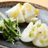 【京漬け物盛合せ】京都の家庭の味、柚子大根・水菜のお漬物等を盛り合わせしました。もちろん自家製です。