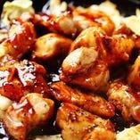 【鳥せゑのまかない】熱々の鉄板で豪快に焼き上げた、人気まかないメニューが、好評のため通常メニューに登場しました。甘辛くスパイスが効いた味付けは、ビールによく合います。