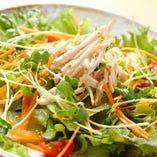 【シャキシャキチキンサラダ】酒蒸しした鶏肉が新鮮野菜とよく合います。 特製の和風ドレッシングが全ての味をなじませ、鶏料理専門店だから出来る自慢のサラダです。