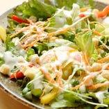 【6種の野菜のシーザーサラダ】定番メニューを鳥せゑ風に