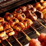 新鮮な銘柄鶏をじっくり丁寧に焼上げたこだわり串の盛り合わせ。生麩田楽串など京都ならではの逸品も必ず含まれます。また、創業明暦年間の香辛料専門店の七味唐がらしや山椒が銘柄鶏の味を引き立て香りを演出致します。