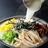 """【""""名物""""鳥せゑ風 けいはん】鹿児島県、奄美大島の郷土料理「鶏飯(けいはん)」を京風にアレンジ。ご飯の上に具材をのせ、熱いスープをたっぷりかけていただきます。寒い冬はもちろん、暑い夏でも食欲をそそります。"""