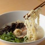 【とりラーメン】お店で1日煮込んでつくる特製スープはあまりにも濃厚。そんなスープで作った京都鳥せゑの新しい〆メニュー。自家製の鳥チャーシューとの相性抜群で、その上に乗った生姜で味チェンしてもお楽しみ頂けます。※二十二時からのご提供(平日は21時から)