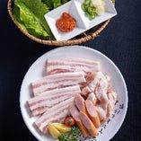 【サムギョプサル】 特製の塩ダレで味付けした三枚肉を堪能