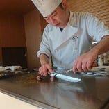 【鉄板焼】 鉄板の上で踊る食材!シェフが魅せる熟練技を堪能