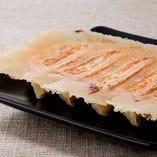 当店に来たらまずは特製餃子!焼き、茹で、揚げの餃子をご用意!