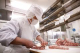 毎朝職人の手で手切り、長年の経験と技が美味しさを支えます。