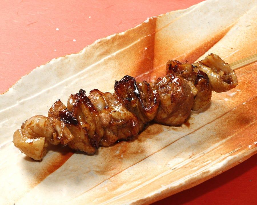 食べごたえ満点のジューシーな焼き鳥に絡む特製ダレ!