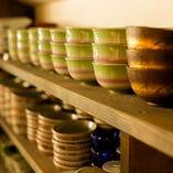 骨董の調度品から実際にお料理で使用する器まで厳選
