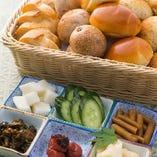各コースには、パンと ご飯と京漬物をご一緒にご提供