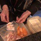 女将が丁寧に一本ずつ揚げた串揚げは絶品です!