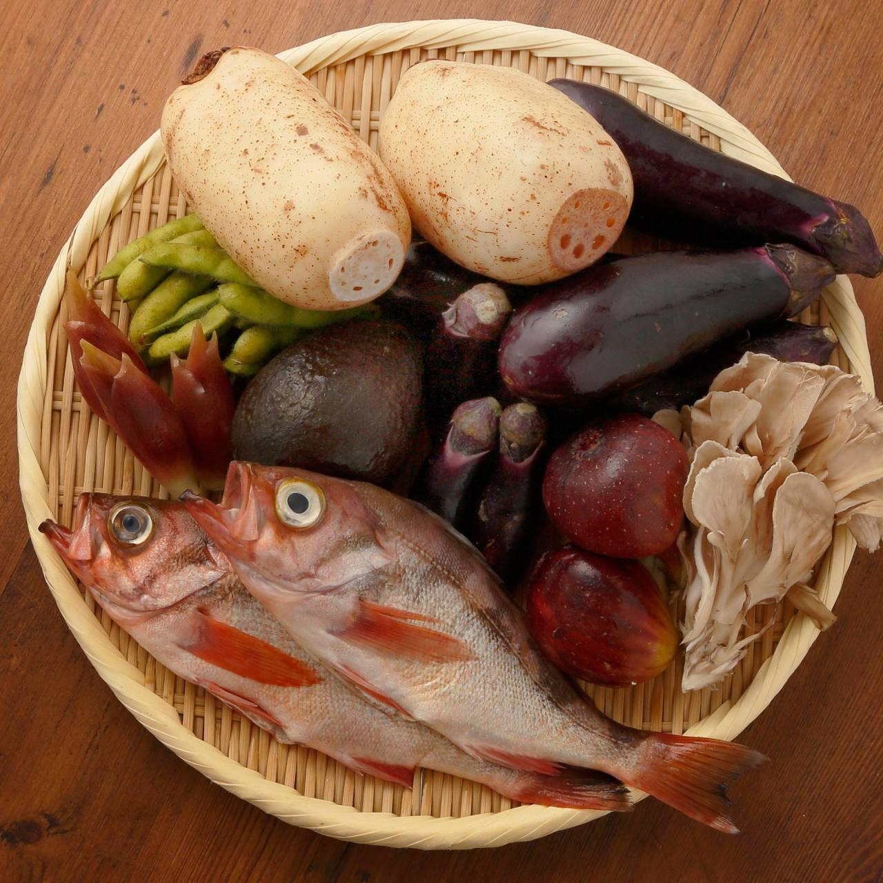 豊洲と築地で仕入れた魚介類、野菜などは鮮度にこだわります